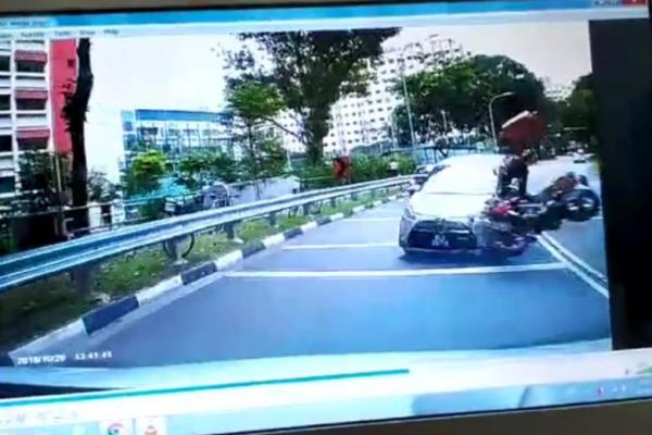 Idiot driver crossed divider caused food panda delivery rider and 7 year old girl injuries